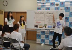 実習体験などをまとめ施策提案する武蔵野大の学生ら=25日、徳之島町役場