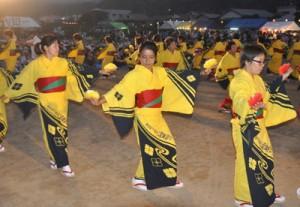 盆踊りの輪を広げたちゅっきゃい節夏祭り=16日、徳之島町母間