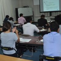 経営計画の手法などを学ぶ受講者=18日、奄美大島商工会議所