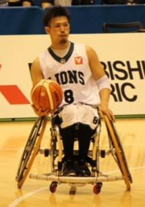 国内の車いすバスケットボール大会でプレーする奄美2世の永田裕幸さん=2016年6月、東京体育館(提供写真)