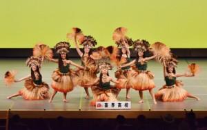 優雅な舞いで観客を魅了した喜界高校のフラチーム「ほーらさめー らび」=21日、福島県いわき市(福島工業高等専門学校写真部提 供)