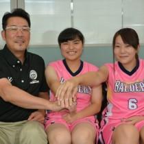 知的障がい者バスケットボール全国大会で県代表として活躍した(右から)高橋さんと藤さん