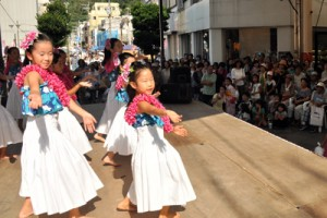 フラダンスや空手の演舞など多彩なステージが披露され、世代を超えて盛り上がった商店街夏祭り=13日、奄美市名瀬