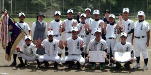 県8連覇の軟式野球部(上)、3連覇した女子バレー部(提供写真)