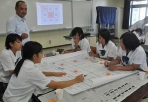島の魅力を生かした人口減少対策のアイデアを話し合った生徒ら=29日、徳之島町