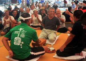 過去最多の26チームが参加して盛り上った「あやまる祭り」のなんこ大会=14日、奄美市笠利町の宇宿漁港