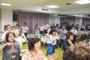 踊りと友情の輪が広がった昭和35年生全島同窓会=14日、徳之島町亀津