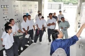 徳之島ダムの揚水機場を見学する徳之島高校の生徒ら=21日、天城町
