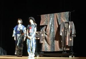 グランプリを受賞した橋本さん(中央)と作品=24日、東京・大井町きゅりあん