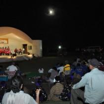 十六夜月が照る野外広場であった「月見で野あしび」=16日、和泊町笠石海浜公園