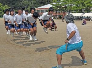 長縄跳びの競技に挑む生徒ら=18日、大和中学校グラウンド