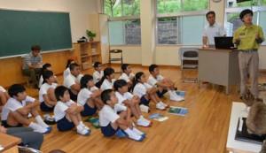 世界自然遺産登録に向け、自分たちでできる取り組みについて考えた児童ら=6日、龍郷町の龍郷小学校