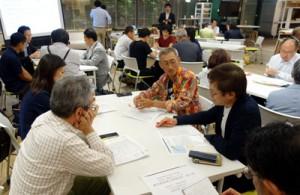 都心のビジネスマンらが伊仙の町おこしプランをグループ討議した講座=27日夜、東京都千代田区