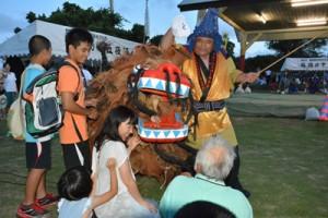 会場を盛り上げた二番組の「獅子舞」=15日、与論町城の地主神社