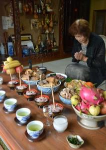 縁側に膳を供えコウソガナシを祭る「ツカリ」=10日、龍郷町秋名