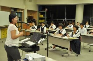 講師の留学体験を聞く生徒ら=14日、大島高校