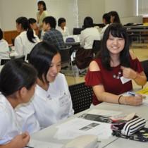 大島紬活性化で意見を交わす文京学院大生と奄美高校生=20日、奄美高校
