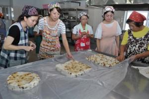 手作りした伝統菓子ゆきみしの出来具合を確認する教室参加者=10日、知名町農村婦人センター