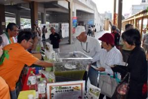 シマ桑青汁の試飲も人気を集めた桑の日フェスタ=24日、鹿児島市のドルフィンポート
