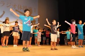 分科会報告でステージに立った「こども未来部会」に参加した児童ら=4日、知名町あしびの郷・ちな