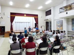 昭和のメロディーを歌う参加者=21日、喜界町中央公民館