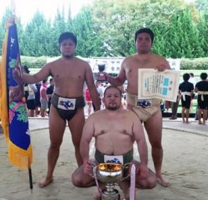 優勝した鹿児島の(右から)緒方、茂岡、蘇