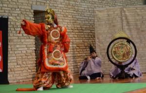 古式ゆかしい舞楽で観客を魅了した公演=19日、奄美市笠利町