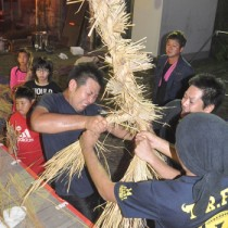 力を合わせてわらを編み上げた伝統の綱かき=10日夜、伊仙町