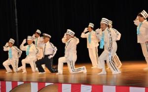 余興の部で元気な踊りを披露する市老人クラブ名瀬支部矢之脇若返り会=19日、奄美市名瀬
