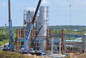 来春の供用開始に向け工事が進む与論町の新ごみ焼却処理施設=21日、同町立長