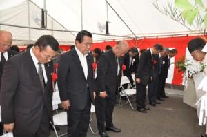 奄美空港増改築工事の安全を祈願する関係者=23日、同空港