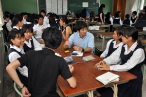 奄美の未来について意見を交わす社員と生徒=7日、県立大島高校