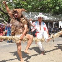 詰め掛けた観客を魅了した油井豊年踊り=15日、瀬戸内町油井集落