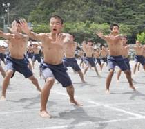 男子生徒の「エッサッサ・相撲体操」=25日、奄美市名瀬の小宿中学校
