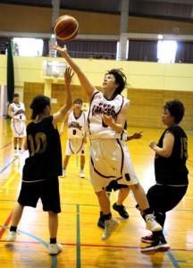バスケットボール女子の指宿戦で大島の本田慶子選手がシュートを決める=17日、姶良町立蒲生体育館