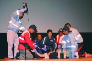 龍郷町消防団FR隊や消防職員、病院スタッフが傷病者への連携した対応を披露した寸劇=9日、奄美市名瀬