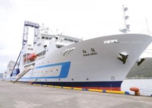 名瀬港に初入港した海洋資源調査船「白嶺」(上)と福元敏郎船長=20日、奄美市