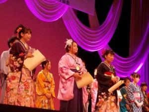 (写真左から2人目)民謡ヤングフェスティバルで優秀賞を受賞した岡さん=8月28日、大阪市(提供写真)