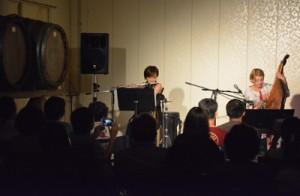 カテリーナさん(右)と西平さんの共演=27日、奄美市名瀬小俣町