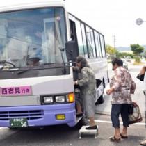 住民の生活の足となっている古仁屋―西古見線の路線バス=15日、瀬戸内町古仁屋