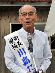 出陣式で2期目への抱負を語る川島健勇氏=20日、喜界町中里の選挙事務所前