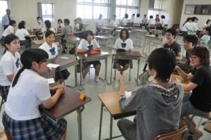 生徒と意見交換した東京大学の学生ら=3日、徳之島高校