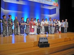 舞台に勢ぞろいした出場者たち=28日、東京・目黒区民センター