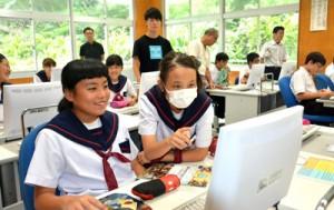 コンピュータープログラミングを体験した生徒たち=27日、芦花部中学校