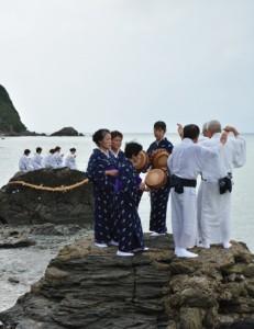海のかなたの神々に五穀豊穣を祈る「平瀬マンカイ」=11日、午後4時ごろ