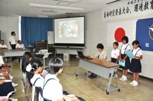 夏休みの自由研究や環境保全への取り組みを発表する子どもたち=17日、龍郷町役場