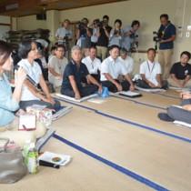 県内で初開催の「知事と語ろう車座対話」で住民の意見を聞く三反園訓知事(右)=12日、奄美市名瀬