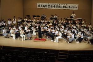合同ステージで演奏する県警音楽隊と沖永良部島の中高校吹奏楽部員ら=29日、知名町