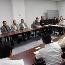 産廃処分場計画への適切な対応を県に求める住民ら=27日、鹿児島市の県庁
