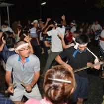 家々を巡ってにぎやかに歌い踊った住民ら=21日、龍郷町瀬留